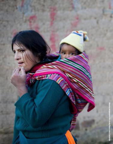 Raida carga a su hija Evelyn de 8 meses, en Sotopampa, Perú. Evelyn está recuperando de neumonía. Debido a que no hay clínicas capaces de ayudarla en su distrito, Raida tuvo que llevarla al hospital de Huacaulica en la capital de la región.