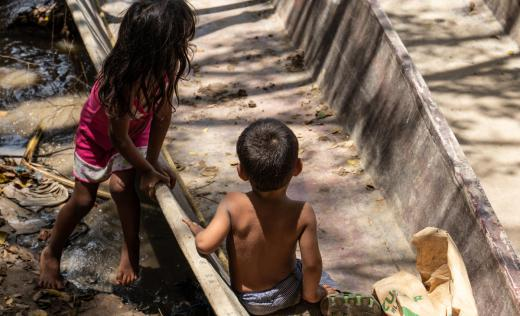 Children play on Venezuelan-Colombian border